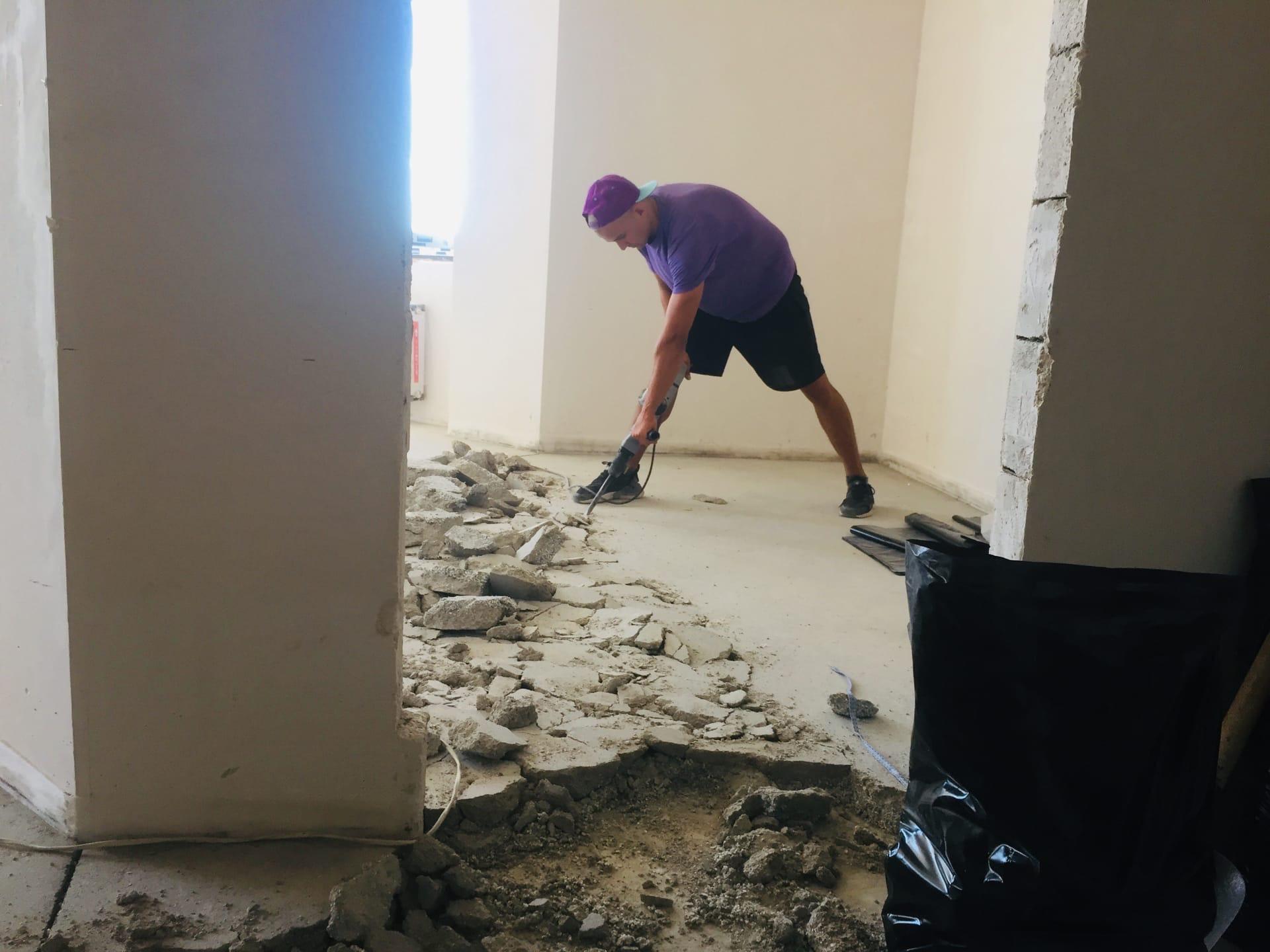 Демонтаж стяжки пола в новой квартире под
