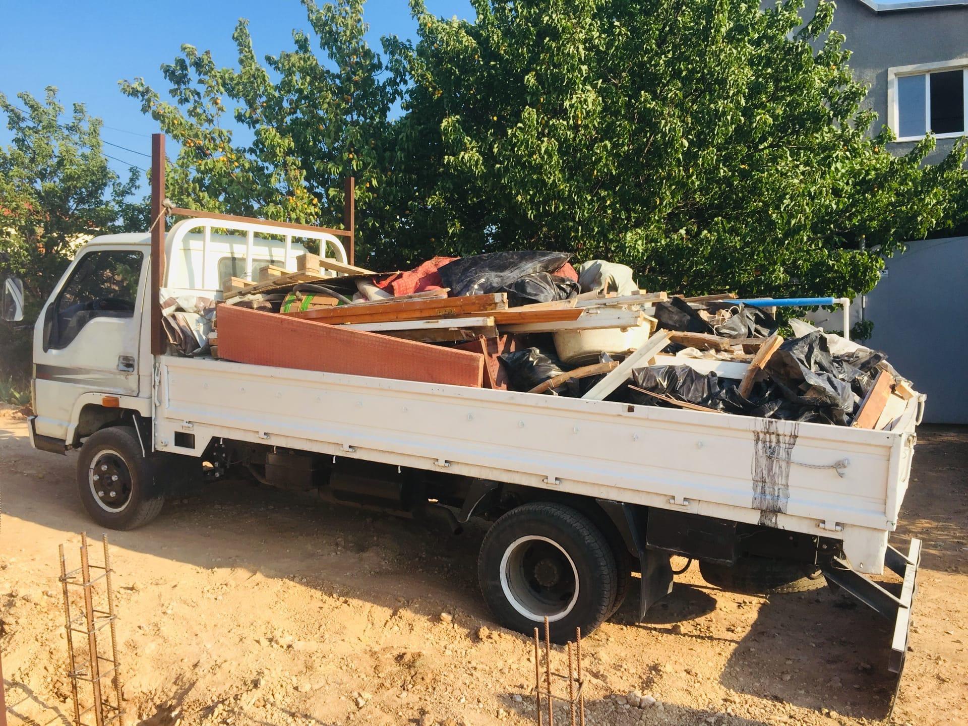 Вывоз строительного мусора после ремонта на машине в Севастополе - Компания «Кот-Чистюля»
